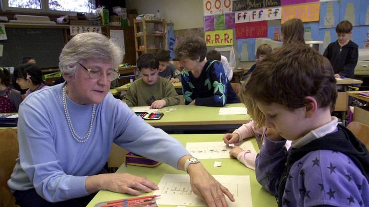 «Generationen im Klassenzimmer» – Pro-Senectute-Projekt mit Freiwilligen der 60+-Gruppe.