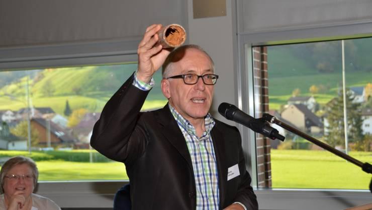 KR Heinz Altorfer zeigt Wasserrohr der Propstei Wislikofen