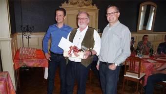 Bernhard von Allmen (l.) und Beat Stähli (r). feiern das 300. Mitglied Erwin Bader.apb
