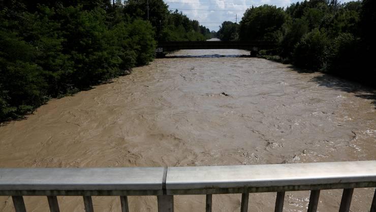 Der nicht renaturierte Teil der Emme von der Emmenbrücke bei Derendingen her gesehen. So braun und hoch kam der Fluss am 24.Juli 2014 daher.