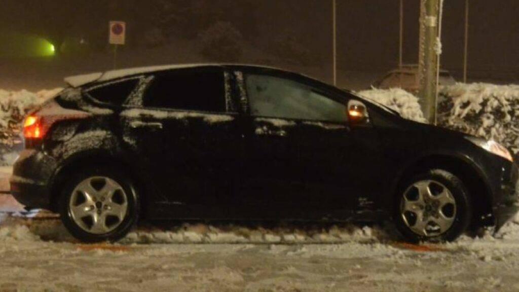 Eine 20-jährige Automobilistin landete mit ihrem Fahrzeug nach einer Vollbremsung im angrenzenden Trassee der Appenzeller Bahnen.