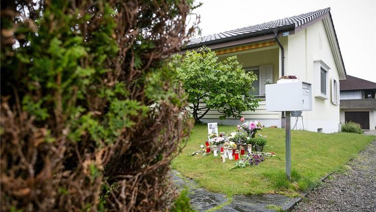 Eine Woche nach dem fünffachen Mord in Würenlingen liegen vor den Häusern der Opfer Blumen, Kerzen und Geschenke. Sandra Ardizzone
