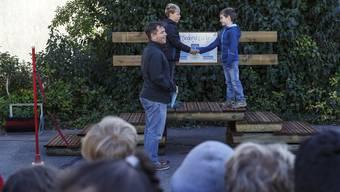 Schulsozialarbeiter Michele Foglia erklärt, wie die Friedensbrücke beim Schulhaus Bleichenmatt in Biberist funktioniert.