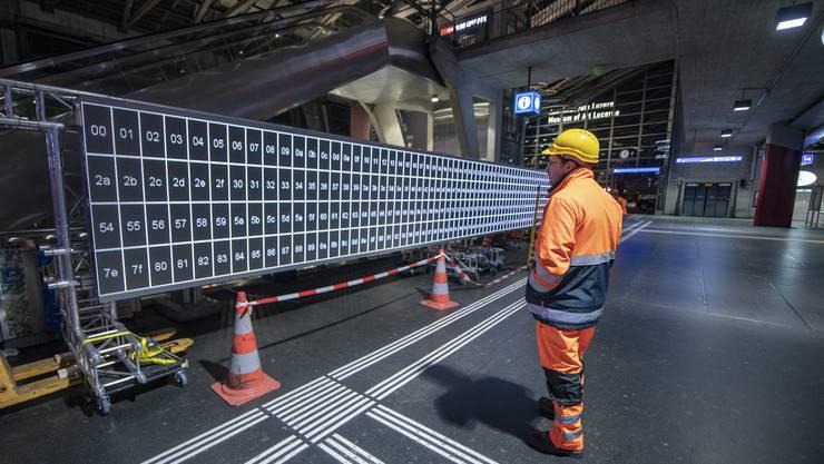 Am Sackbahnhof in Luzern haben die SBB in der Nacht auf Mittwoch damit begonnen, einen 99 Meter langen und 1,27 Meter hohen Bildschirm zu installieren, der dereinst quer über alle Perrons reicht. Anfang Juni wird die neue Anzeigetafel offiziell eingeweiht.