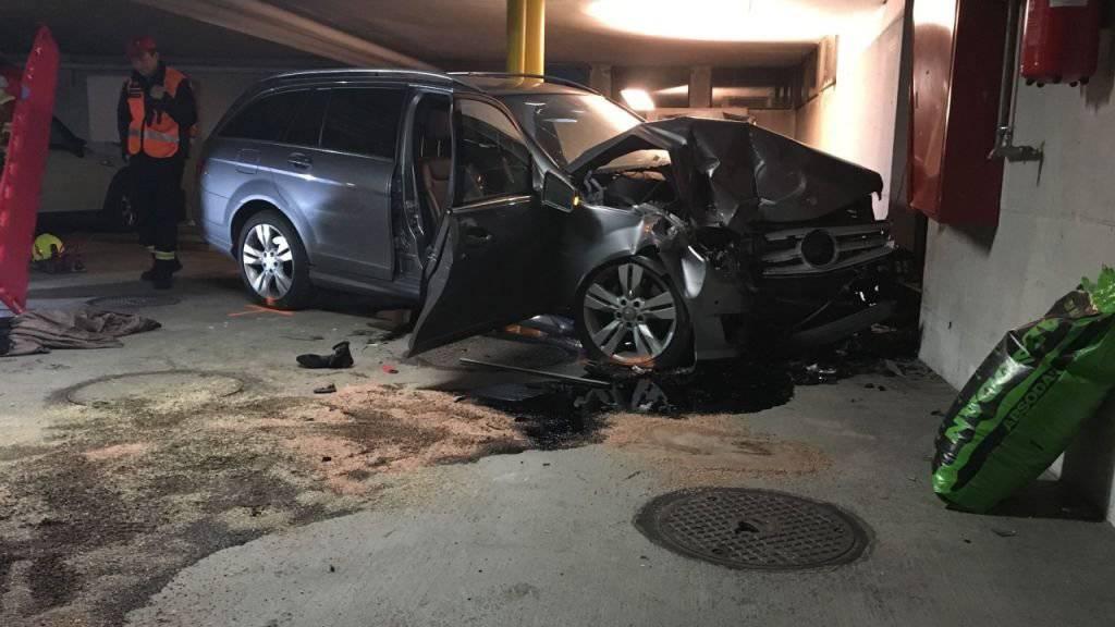 Das Auto der Rentnerin wurde beim heftigen Aufprall mit der Betonwand total beschädigt.