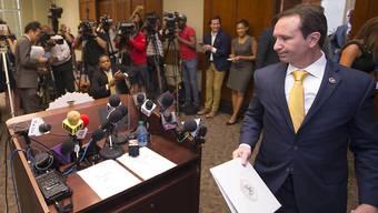 Louisianas Generalstaatsanwalt Jeff Landry bei seinem Gang vor die Medien, wo er die Einstellung der Ermittlungen gegen zwei Polizisten bekannt gibt.