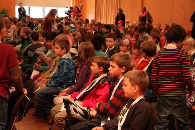 Die Kinder warten gespannt auf ihre erste Vorlesung