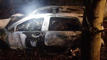 Im ausgebrannten VW Golf kamen fünf Männer ums Leben. Kantonspolizei Aargau