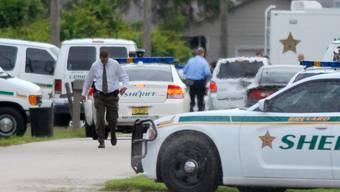 Notfallpersonal und Sicherheitskräfte am Tatort in Port St. John, Florida