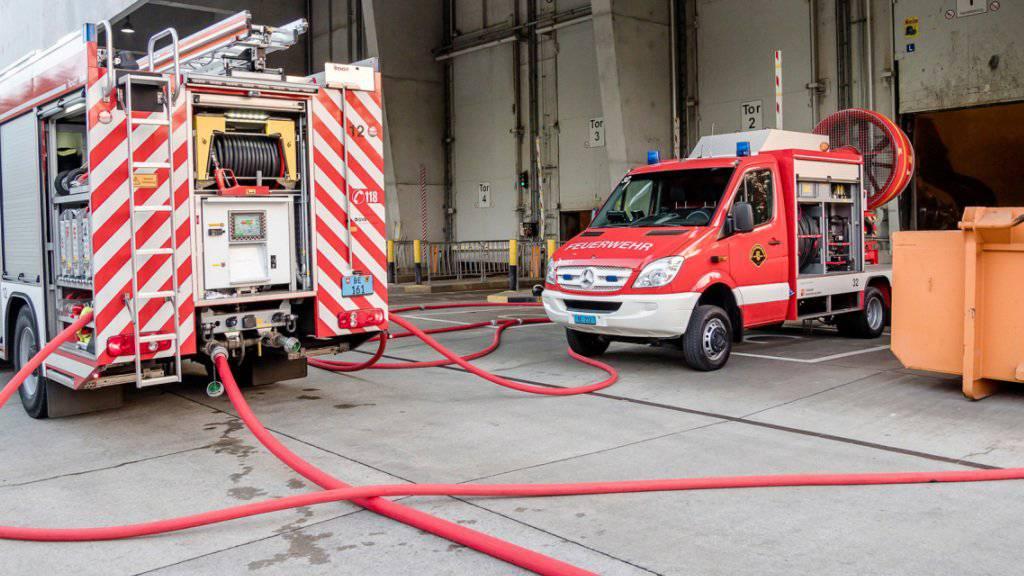 Mehrere Dutzend Feuerwehrleute und Polizisten standen wegen des Brandes in Vendlincourt JU im Einsatz. (Symbolbild)