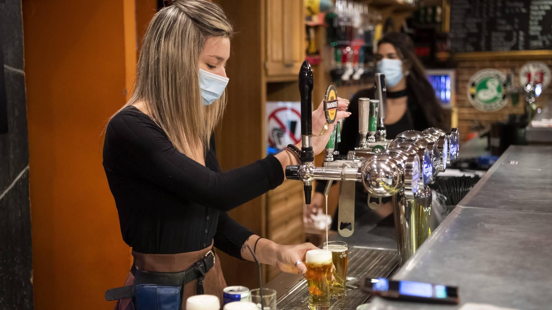 Noch bis am Freitagabend um 22 Uhr dürfen Gastronomiebetriebe im Kanton Wallis - hier eine Bar in Martigny - Bier ausschenken. Danach müssen sie bis am 30. November schliessen.