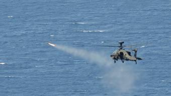 Hellfire-Raketen können von Helikoptern aus abgefeuert werden - hier von einem britischen Apache-Kampfhelikopter. (Archivbild)