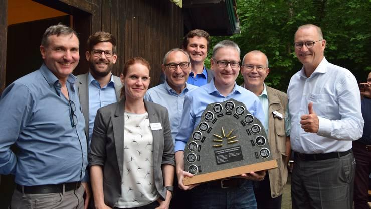 Das Dietiker Siegerteam mit dem begehrten Wanderpokal.