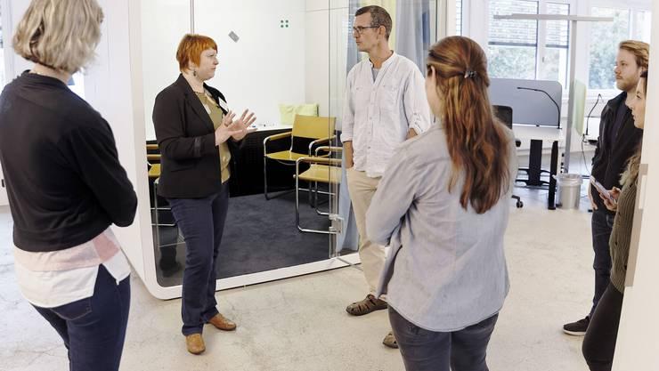 Ines Preim, Projektleiterin «juraLab» (2. von links) mit interessierten Besucherinnen und Besuchern.