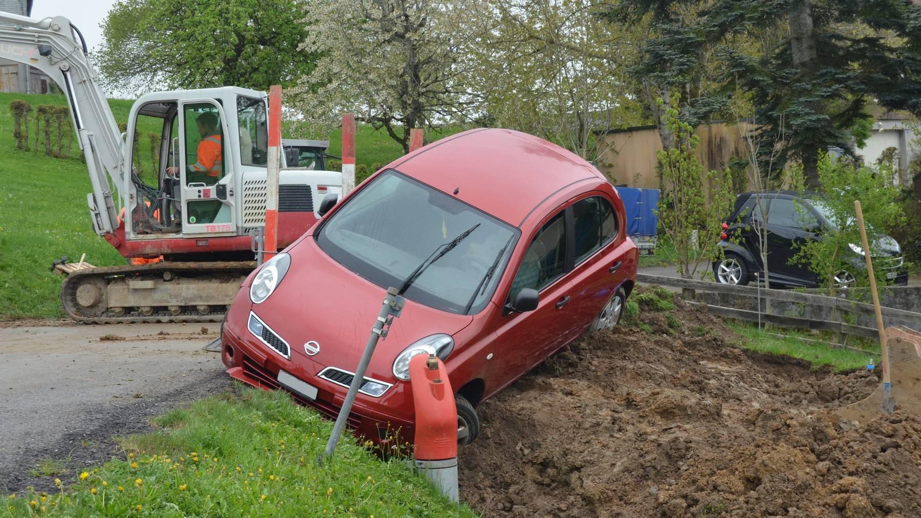 Das Auto beschädigte einen Garten und eine Baustelle in Herisau.