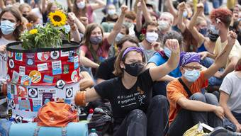 Wollen nicht mit Roger Köppel sprechen: Klimajugend auf dem Bundesplatz.