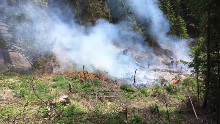 Ein Räumungsfeuer ist am Donnerstagmorgen in Poschiavo ausser Kontrolle geraten. Für die Brandbekämpfung musste ein Helikopter eingesetzt werden.