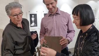Die Kunstschaffenden Irmgard Basler, Daniel Schwarz und Käthy Borer-Gut (von links) mit Eisenskulptur «Ausgewogen».