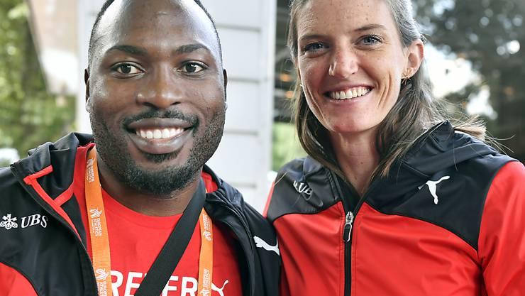 Alex Wilson und Lea Sprunger lächeln in die Kamera.