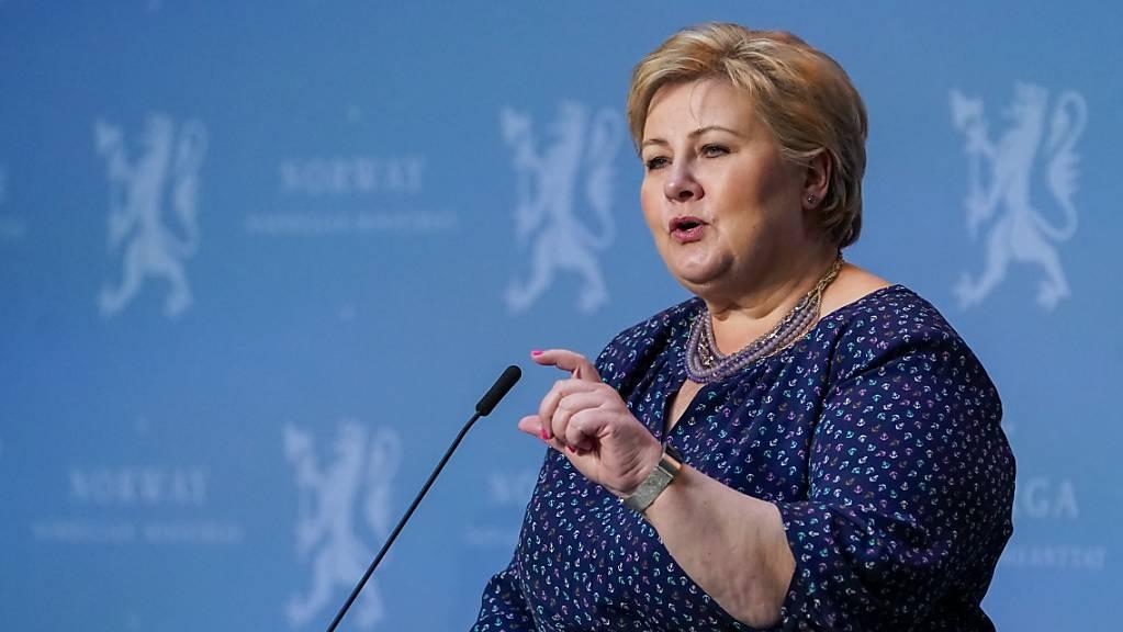 Norwegens Premierministerin Erna Solberg spricht bei einer Pressekonferenz im Mai letzten Jahres.