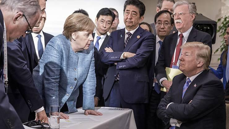 Die deutsche Kanzlerin Angela Merkel am G7-Gipfel in Kanada im Gespräch mit US-Präsident Donald Trump.