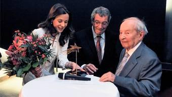 Peter Gloor, Mitbegründer der Regio Basiliensis (rechts), erhält den Basler Stern. Caroline Rasser und Hans-Peter Platz überreichen die Auszeichnung im Kultkino Atelier.