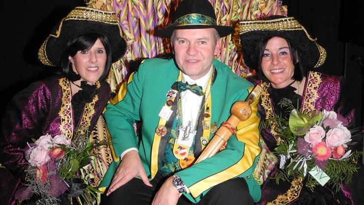 Der neue Zunftmeister Thomas Meier alias Joe de Zauberer mit seinen beiden Majoretten Miriam Thurnherr (links) und Sandra Meier. Dominique Bitschnau