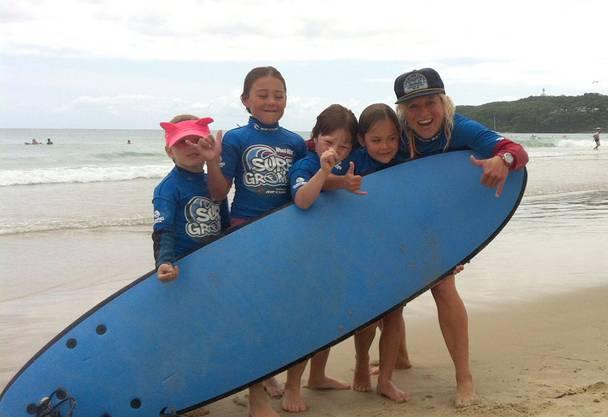 Die Arbeit als Surflehrerin ist das einzige, was ihr bleibt.
