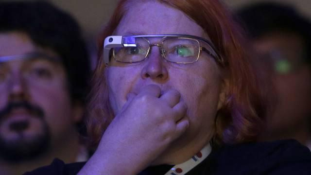 Frau mit Google Glass (Symbolbild)