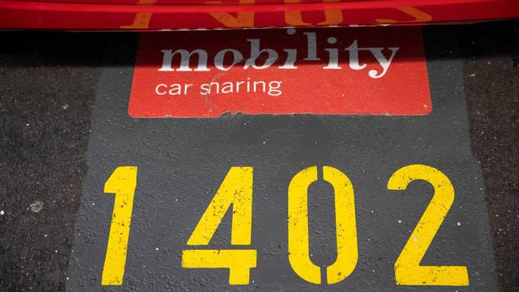 An gut 50 Bahnhöfen in der ganzen Schweiz rüstet die SBB insgesamt 150 Mobility-Parkplätze mit Ladestationen für Elektroautos auf.