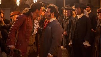 Schau mir in die Augen, Kleiner: In «Beauty and the Beast» sprühen zwischen Dorf-Macho Gaston (Luke Evans, links) und LeFou (Josh Gad) die Funken. Disney