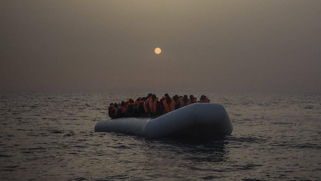 Italiens Innenminister Minniti warnt vor IS-Kämpfern, die nach ihrer Niederlage in Syrien und Irak nun auf den Flüchtlingsrouten heimkehren (Archiv)