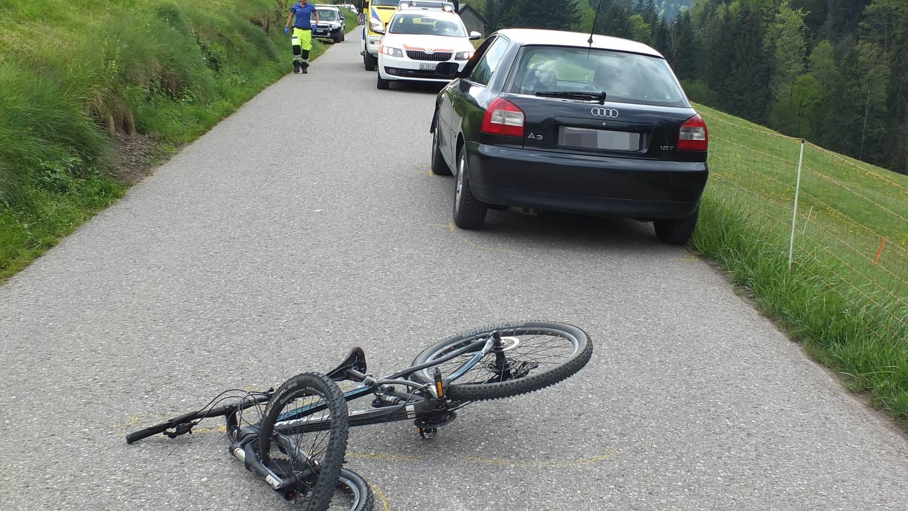 Ein Velofahrer geriet unter ein entgegenkommendes Auto.