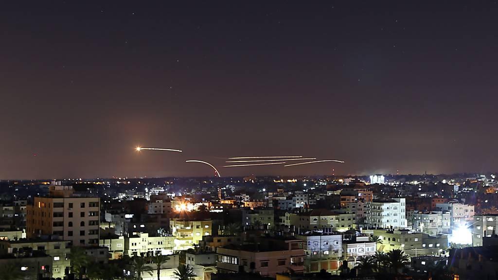 Raketen erhellen den Nachthimmel, als sie von Khan Younis im südlichen Gazastreifen in Richtung Israel abgefeuert werden. Foto: Yasser Qudih/APA Images via ZUMA Wire/dpa