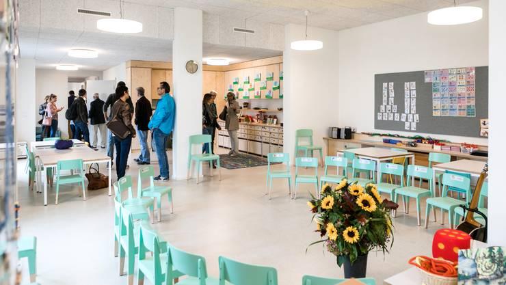 Der Kindergarten Limmatfeld ist fertig. An der Eröffnungsfeier kamen viele Besucherinnen und Besucher, um sich die Räume anzusehen.