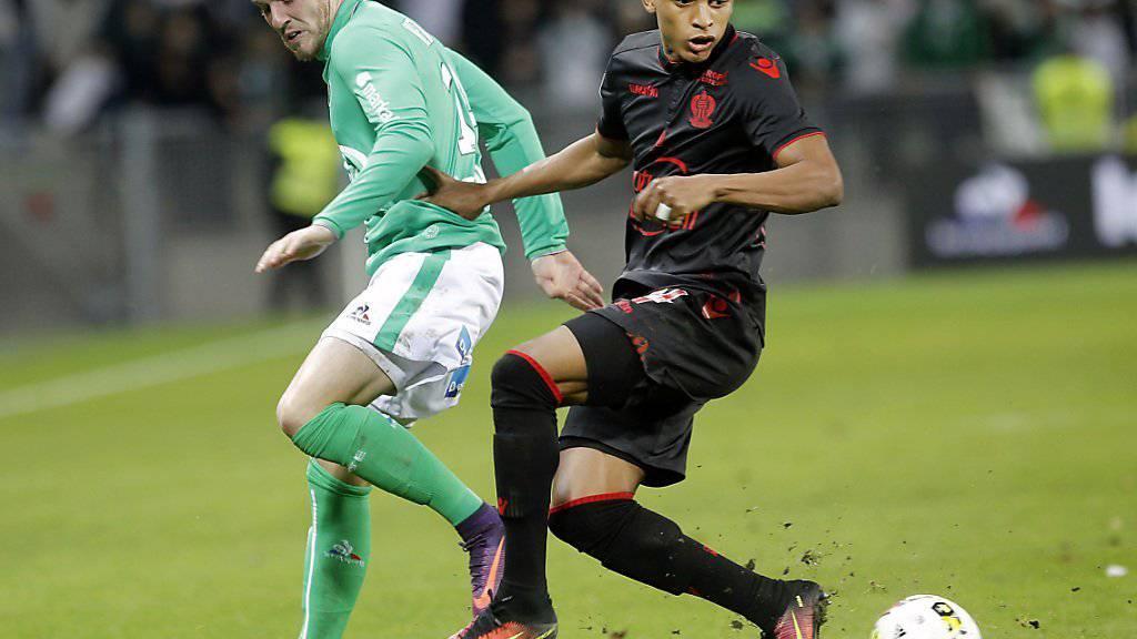 Dalbert Chagas von Nice (rechts) und Saint-Etiennes Jordan Veretout kämpfen um den Ball