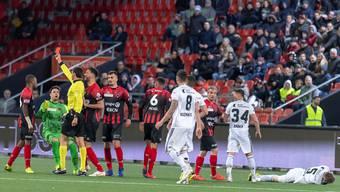 FCB-Leihgabe Serey Die (ganz links) sieht nach seiner Tätlichkeit gegen FCB-Verteidiger und Ex-Kollege Silvan Widmer (ganz rechts am Boden) die rote Karte.Key