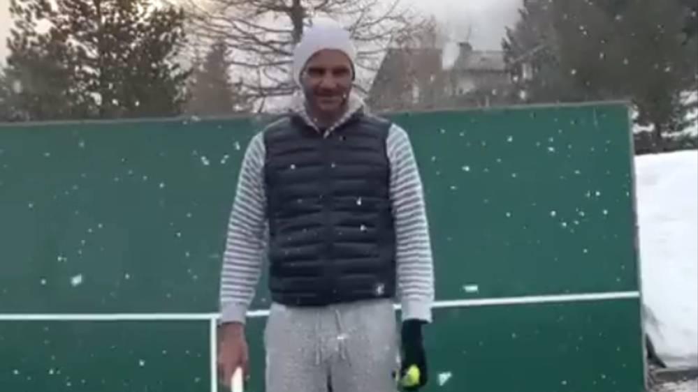 Roger Federer trainiert Trick-Shots im Schnee