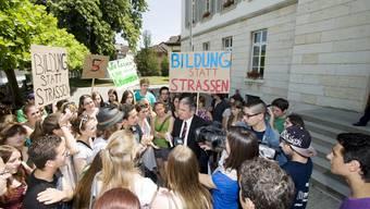 Aargauer Mittelschüler protestieren gegen neue Übertrittsbedingungen an die Kantonsschulen.