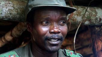Rebellenchef Joseph Kony bei einem Treffen mit Vertretern staatlicher und nichtstaatlicher Organisationen im Juli 2006 in Norduganda