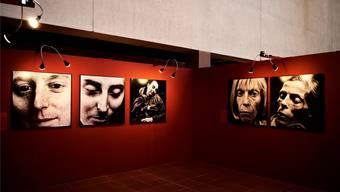 Der deutsche Fotograf Walter Schels zeigt auf grossformatigen Schwarz-Weiss-Bildern Menschen, die dem Tod ins Auge sehen.