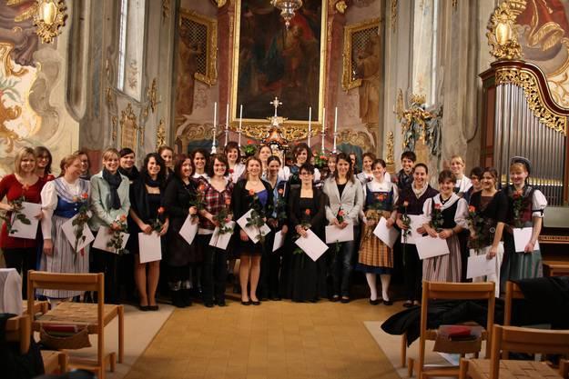 Alle 28 Absolventinnen zusammen auf einem Bild