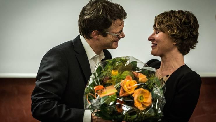 Parteipräsident Jonas Fricker gratuliert Irène Kälin zur Nomination.