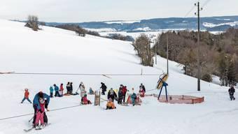 Am kommenden Wochenende wird am Rotberg mit einem grossen Ansturm gerechnet. Roger Meier betreibt den kostenlosen Skilift seit Jahren. Erstmals in dieser Saison dürfen die Kinder in Villigen auf die Piste.
