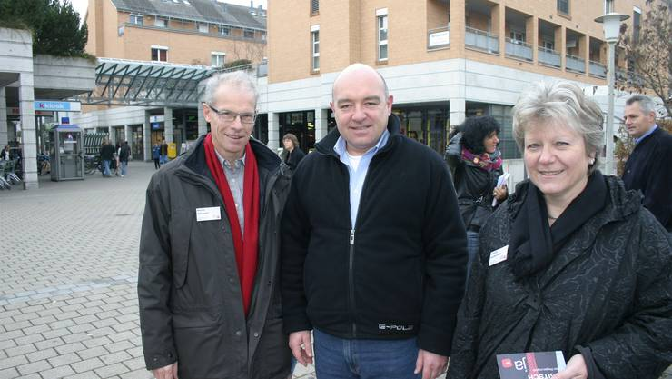 Daniel Jositsch (Mitte) mit Affolterns wieder kandidierender SP-Gemeinderätin Elsbeth Knabenhans und SP-Gemeinderatskandidat Martin Gallusser. (Bild -ter.)