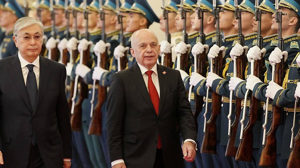 Der kasachische Präsident Kassym-Jomart Tokayew (links) und Bundespräsident Ueli Maurer schreiten die Ehrengarde ab.
