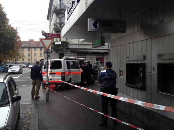 Der Täter bedroht zwei Angestellte mit einer nicht geladenen Faustfeuerwaffe und erbeutete rund 2,5 Millionen Franken in verschiedenen Währungen.