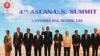 Nicht alle Staatsoberhäupter sind auf dem Gruppenfoto des ASEAN-Gipfels zu sehen. Der Philippinische Präsident Duterte fehlt wegen Migräne.