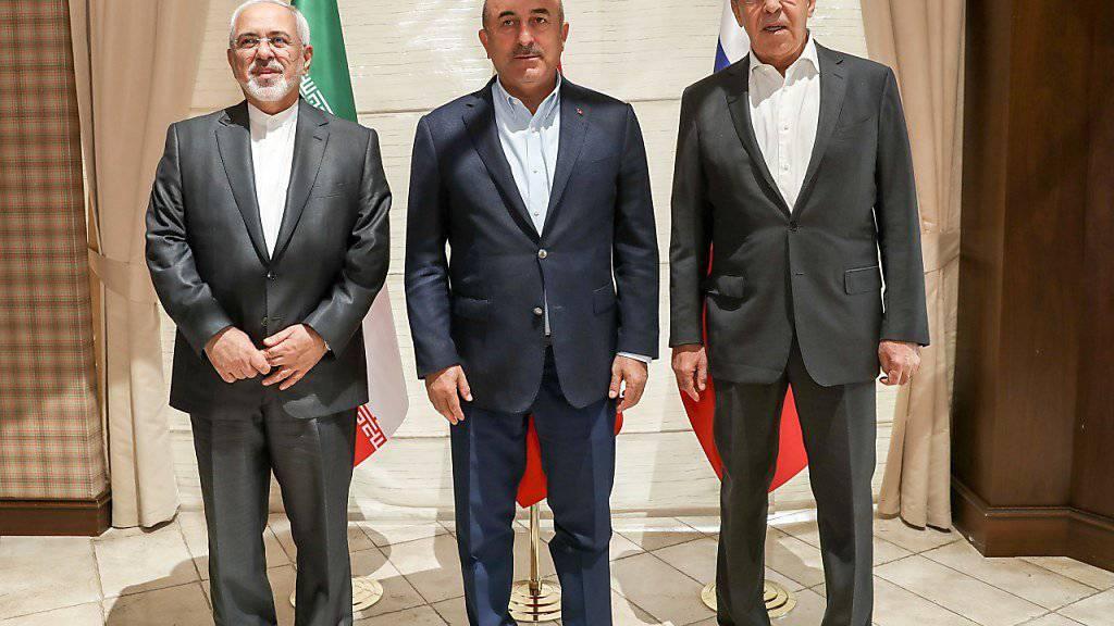 Die Aussenminister des Irans , der Türkei und Russlands haben einen Dreiergipfel ihrer Präsidenten zum Syrien-Krieg am kommenden Mittwoch vorbereitet.  Mohamed Dschawad-Sarif (l), Mevlüt Cavusoglu (Mitte) und Sergej Lawrow.