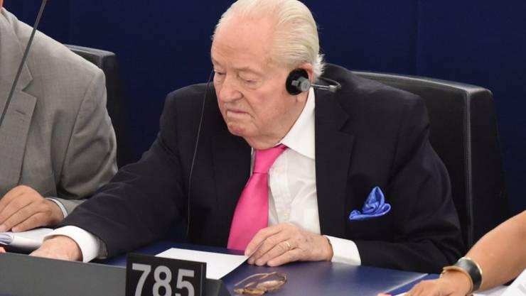Der 88-jährige FN-Gründer Jean-Marie Le Pen erhält derzeit nur einen Teil seiner Entschädigung als Abgeordneter im EU-Parlament ausbezahlt. Der Grund: Er soll Angestellte, die für seine Partei arbeitete, mit Parlamentsgeldern bezahlt haben. (Archivbild)